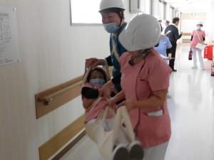 担架で患者さんを避難誘導